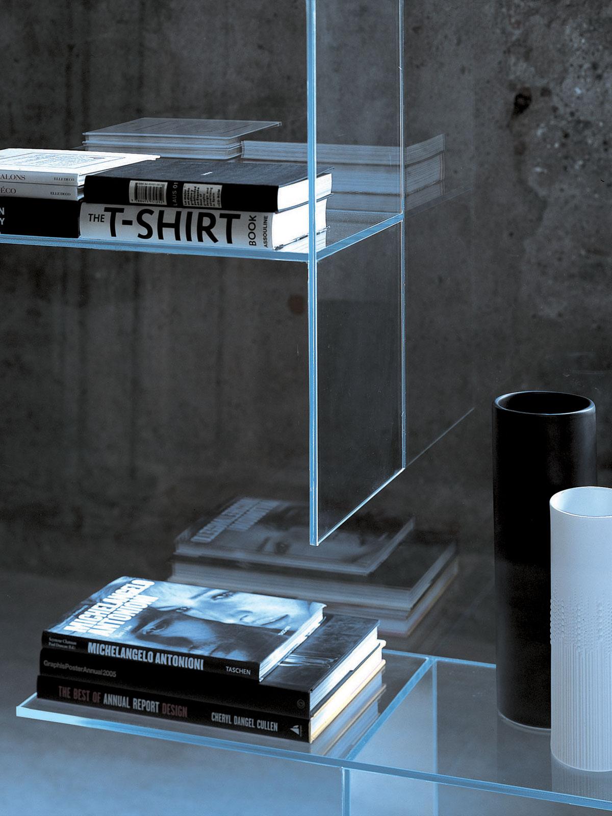 Стеллаж из стекла в интерьере