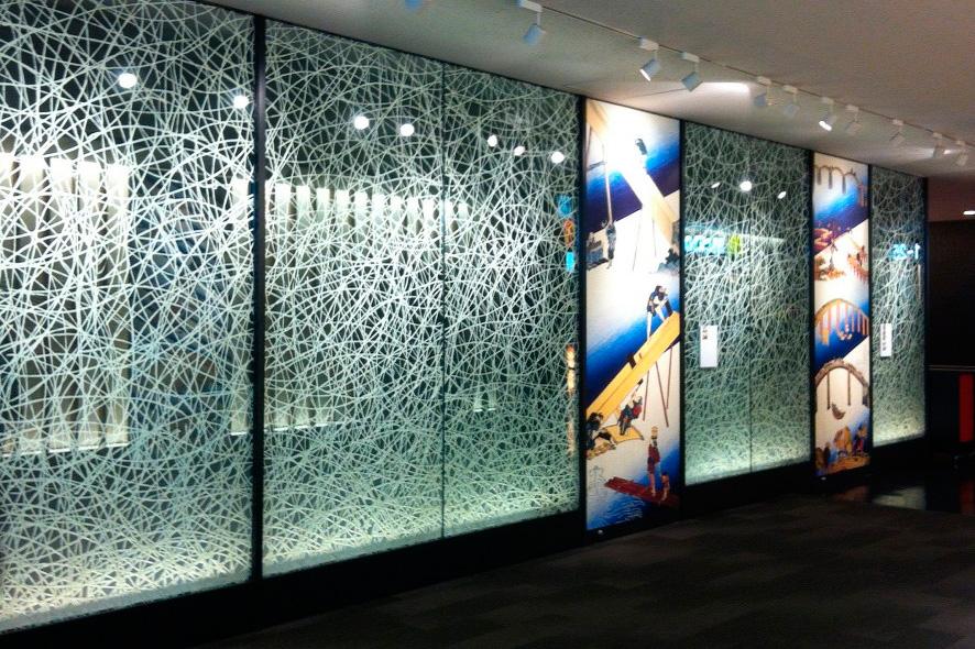 Стеклянная витрина с пескоструем